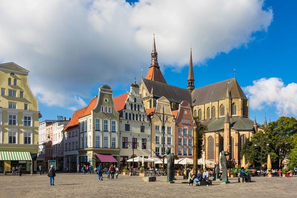 Neuer Markt Rostock mit barocken Giebelhäusern