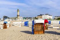Strandkörbe am Ostsee-Strand von Warnemünde, im Hintergrund der alte Leuchtturm und der Teepott