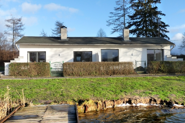 Ferienhaus direkt am See Nähe Ostsee Hausansicht