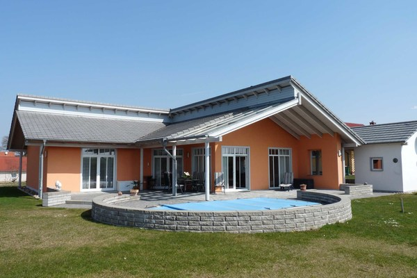 Ferienhaus Mecklenburgische Seenplatte Wesenberg Strasen Hausansicht Pool