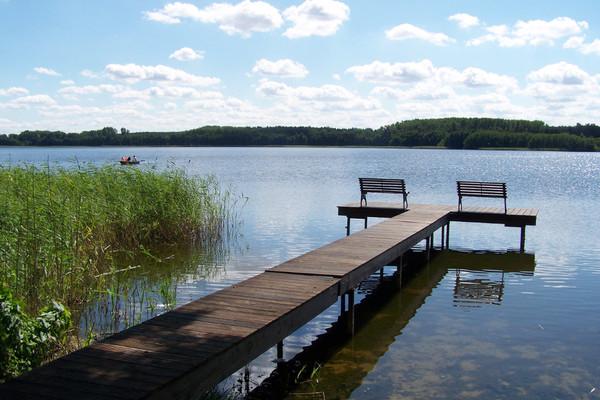 Ferienwohnung Mecklenburgische Seenplatte Dabel Holzendorfer See Steg mit Bänken