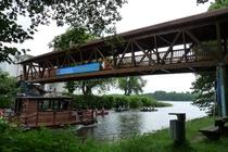 Fürstenberg an der Holzbrücke mit Holzboot und Kanu