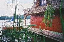 Haus von Land mit Wasseransicht