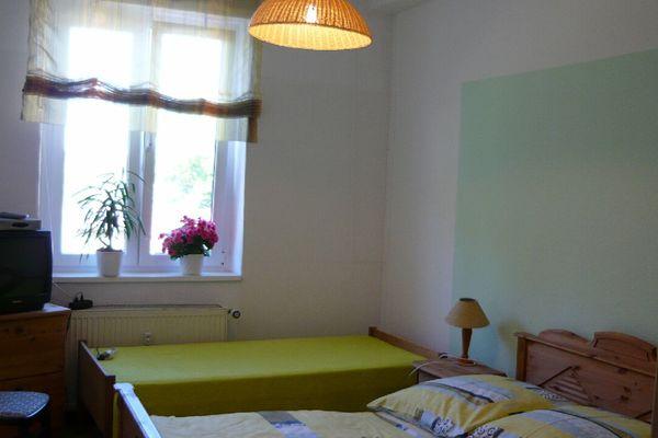 Ein Schlafzimmer der großen Wohnung